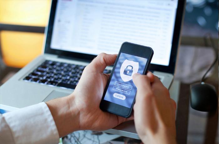 Mãos segurando o telefone inteligente com imagem de segurança exibida